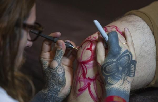 德国顶级人体艺术_纹身爱好者们向世界展示了他们复杂多彩的人体艺术,吸引了众多目光.