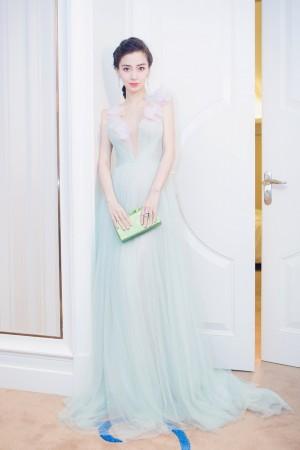 准妈妈杨颖拍写真中门大开秀半球 纱裙飘逸如仙子
