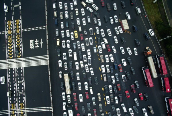 太壮观!航拍南京出城车辆如计算机编码