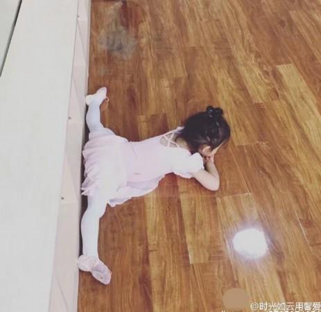 甜馨趁着假期练芭蕾 看背影仿佛可爱小白天鹅