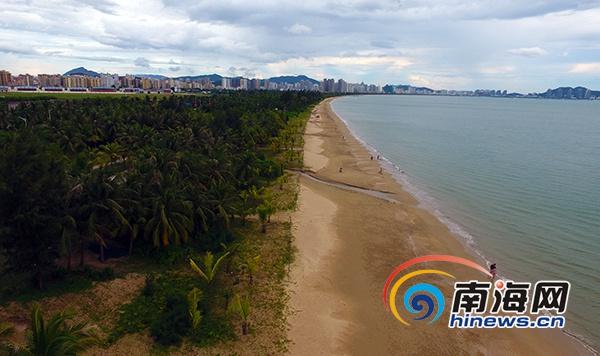 三亚天涯区500余名志愿者清洁三亚湾劝导游客不文明行为