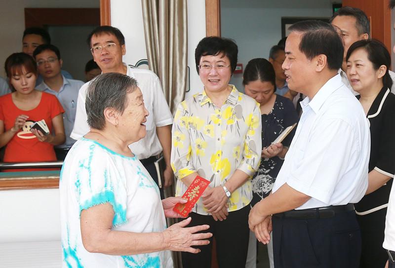 刘赐贵重阳节调研养老机构给老人送上慰问和祝福