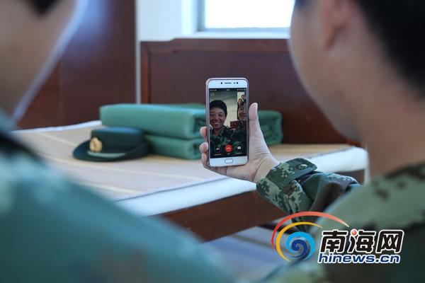 视频通话_女兵贺紫迎正在与家人视频通话.(通讯员雷辙摄)
