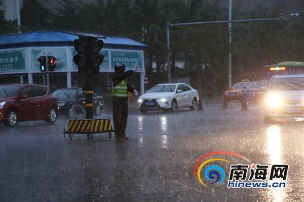 <b>海南交警发布雨天路滑警示实拍积水路段车祸瞬间</b>