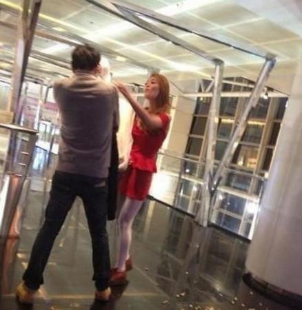 就在这短短的1分不到的视频里,只见红衣女子怒气的将内衣脱下并强悍的
