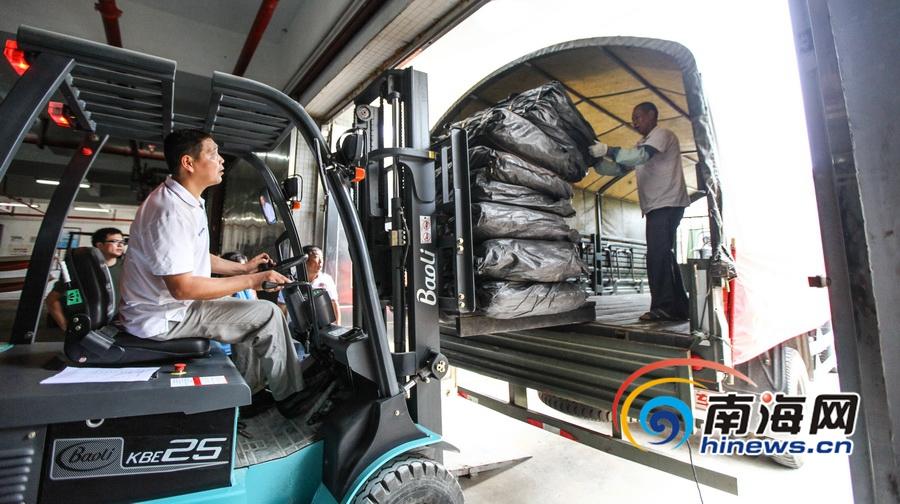 """""""莎莉嘉""""逼近海南军警车队向8市县运送防汛物资"""