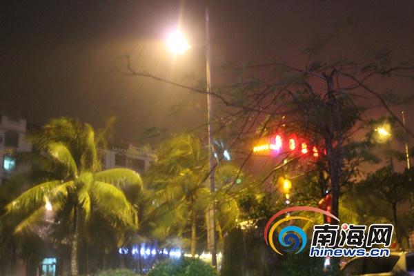 受强台风影响文昌雨大风疾部分树木被拦腰折断