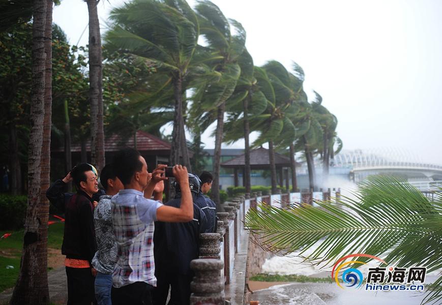 """""""莎莉嘉""""登陆万宁三亚干部群众强制劝离看海市民游客"""