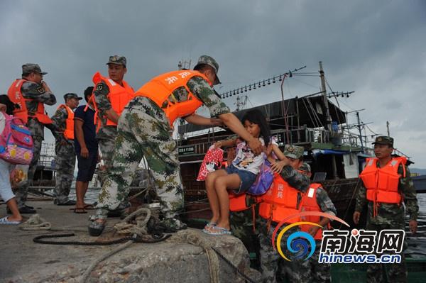 <b>海南边防台风期间出动警力4161人次转移渔民10086人</b>