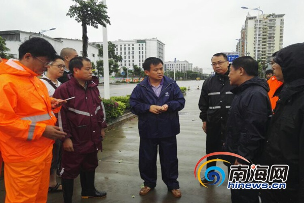 海口龙华区5千干部群众上街清障恢复市容市貌