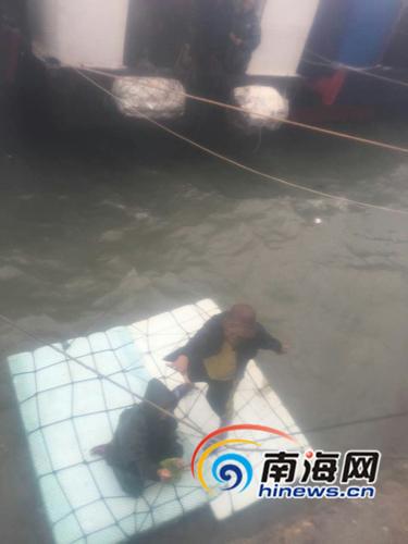 东方32名渔民深夜折返消防战士跪地用绳索施救