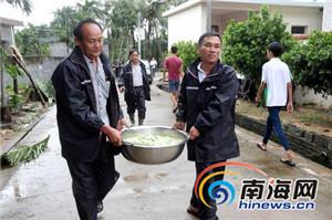 暴风雨中的暖意万宁村民开灶做饭温暖子弟兵