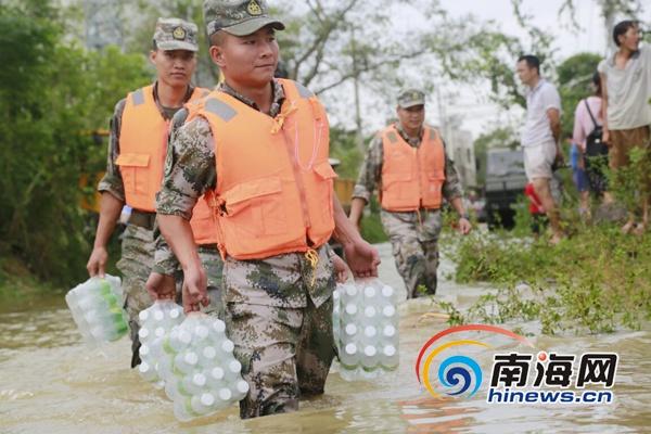 海南省军区出动两万余名驻军官兵奋战一线帮助群众恢复生产生活