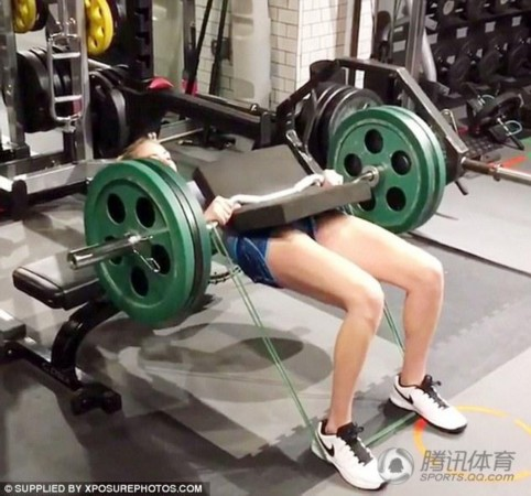 超模健身房狂练腹肌 轻松玩转60磅杠铃