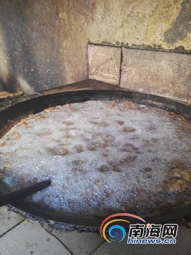 灶台大锅内熬制猪油
