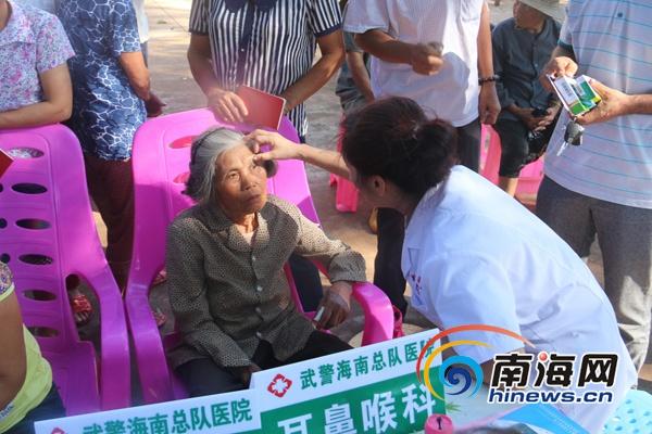 武警海南总队20余名医护人员进村义诊 村民翘手点赞