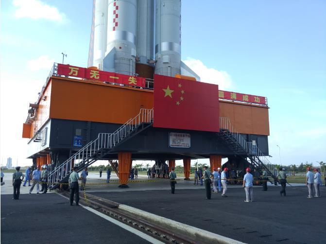 长征五号运载火箭正在海南文昌发射场进行垂直转运
