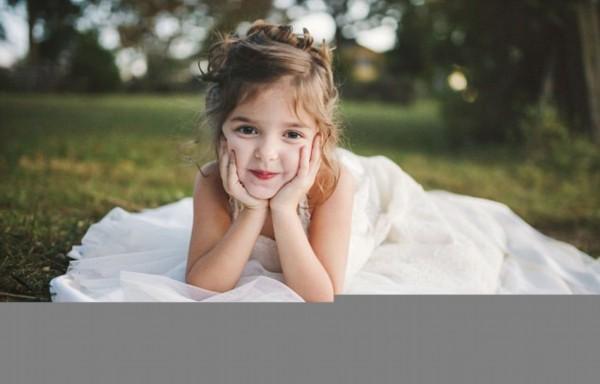 美国北卡罗兰纳州四岁小女孩诺拉为了完成妈妈的遗愿,穿上婚纱拍照.
