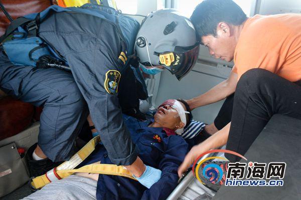 一粤籍渔民海上作业受伤南海救助直升机成功救援