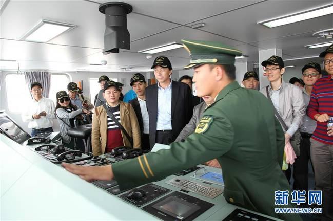 11日,当地民众和中资代表上舰参观