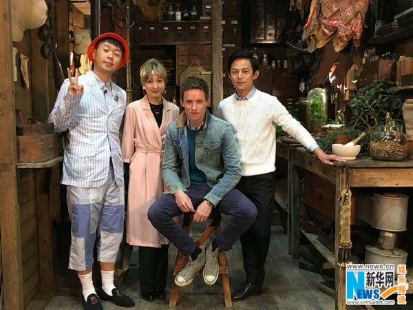 由华纳兄弟电影公司出品、J.K.罗琳首任编剧的3D魔幻巨制《神奇动物在哪里》,将于11月25日登陆内地银幕。   主创11月17日将抵达北京,在中国宣传活动启动前,内地综艺王牌节目《快乐大本营》也造访华纳兄弟哈利?波特利文斯顿片场,体验原汁原味的魔法世界,《神奇动物在哪里》主角纽特?