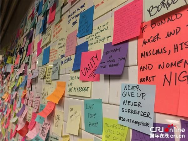 美国纽约地铁站出现便利贴墙 为大选后民众提供情绪出口(组图)