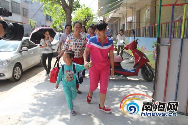 定安三兄妹相依为命最大仅7岁民政局出手帮助