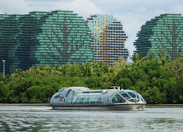 三亚内河旅游首航游客乘坐太空动漫船观光
