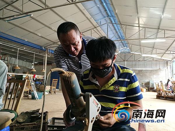 """万宁""""椰壳疯子""""符冬波:创办椰壳厨具厂招27名残疾人就业"""