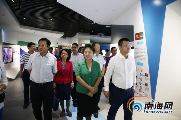 赵莉莎一行等人参观海南省互联网产业综合展示厅