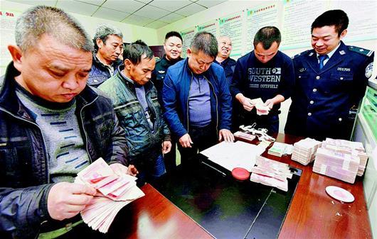 图文:保康警方为农民工讨薪