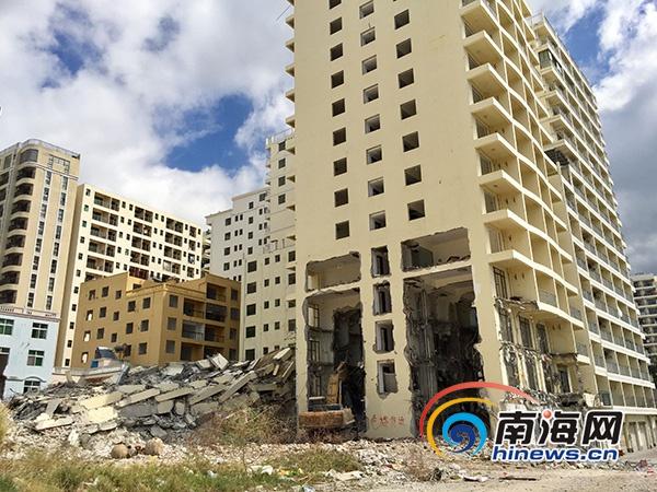 """三亚海坡村15层违建被拆投资百万""""小产权""""变废墟"""