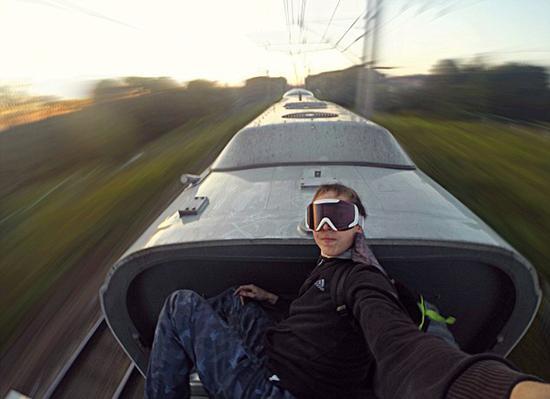 """""""火车冲浪""""是年轻人为寻求刺激而玩的危险游戏.图片"""
