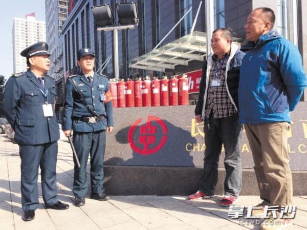 参与救火的热心人士:罗兴旺,江一放,米有军,徐跃辉(从左至右).