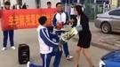 男学生拉横幅向女老师求婚被斥不要脸