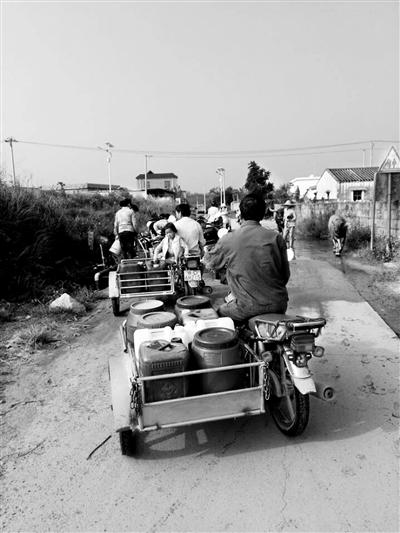 道路施工挖破供水管道 东方乐安村2800村民天天拉水喝