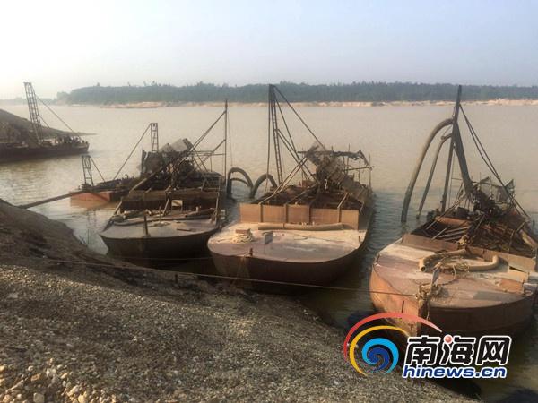 澄迈取缔南渡江一非法采砂点 现场拘留9名涉事人员