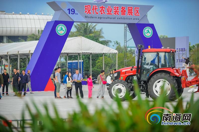 中国第一台无人驾驶拖拉机登陆海南引关注