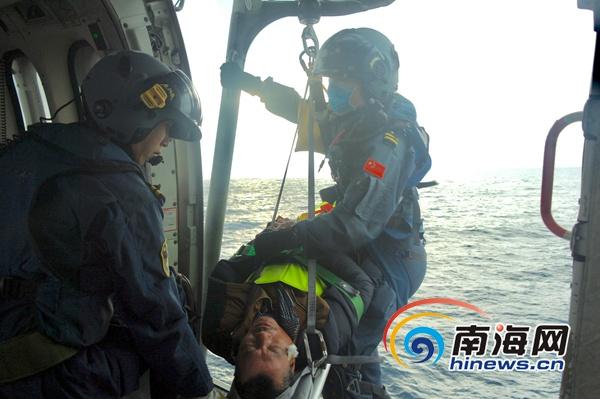 南海第一救助飞行队成功将一名重伤渔民接到三亚救治