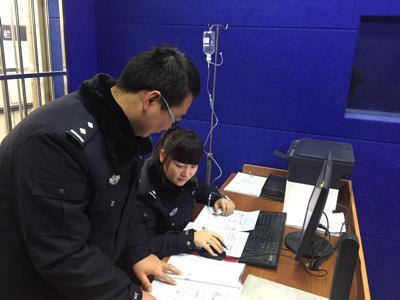"""""""女警花打着吊瓶坚持工作。""""今日,陕西渭南大荔县公安局通讯员发布的一张图片,引发网友关注。女警带病工作被点赞的同时,也有网友质疑其摆拍。"""
