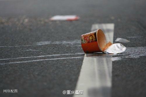 男子让女儿高速扔方便面残汤 反遭面汤扣一脸