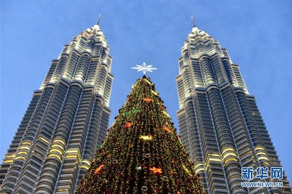 马来西亚吉隆坡双子塔下的巨型圣诞树(组图)