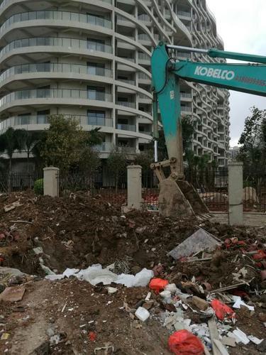 """海口杜鹃路楼盘在旁边挖个坑 建筑垃圾往里""""藏"""""""