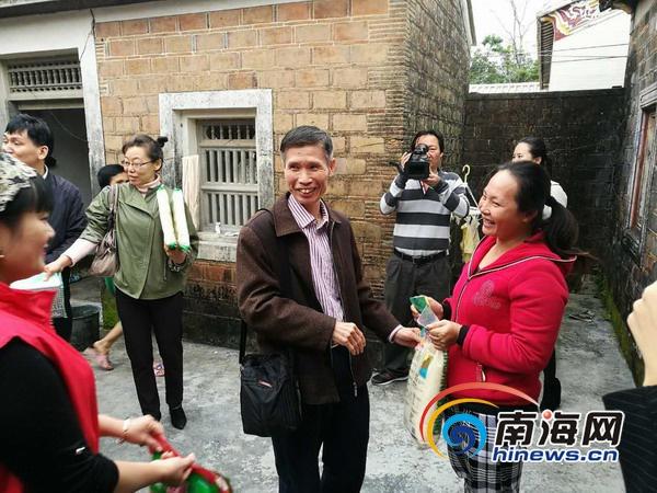海南省人力资源开发局在文昌公坡镇水北村开展慰问贫困户活动