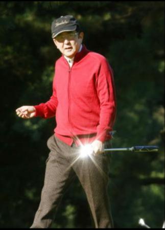 """安倍打新年首场高尔夫 直呼""""好预兆"""""""