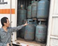 海口取缔一个大型黑煤气窝点黑煤气瓶藏身报废货车