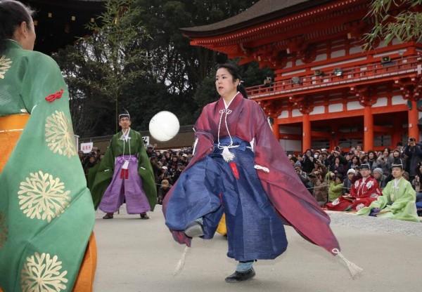 日本京都神社举行新年蹴鞠表演(组图)