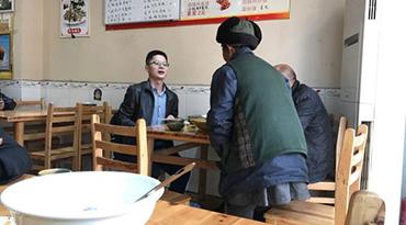 七旬乞讨老人进饭店要汤喝 男子邀其同桌吃饭