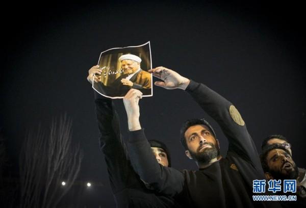 贾尼/1月8日,人们在伊朗首都德黑兰悼念病逝的前总统拉夫桑贾尼。