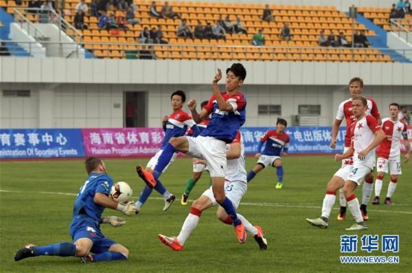 (体育)(3)足球�D�D捷克布拉格希拉维亚队胜海口博盈队